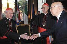 Il cardinale Angelo Bagnasco stringe la mano al presidente della Repubblica Italiana Giorgio Napolitano.