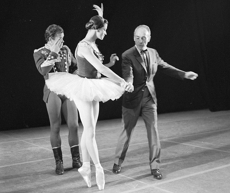New York City Ballet in Amsterdam, repetitie New York City Ballet. Choreograaf George Balanchine geeft aanwijzingen.jpg