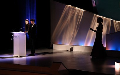 Nikolaus Habjan mit Elfriede-Jelinek-Handpuppe und Sunnyi Melles - Nestroy-Theaterpreis 2013 a.jpg