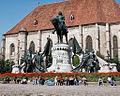 Oameni si lalele - Cluj-Napoca, Piata Unirii. Statuia lui Matei Corvin.jpg