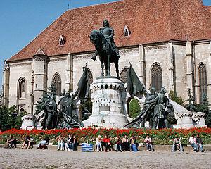 Matthias Corvinus Monument - Image: Oameni si lalele Cluj Napoca, Piata Unirii. Statuia lui Matei Corvin