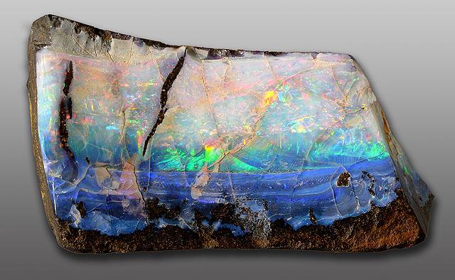 Minerál opál nevytvára kryštály