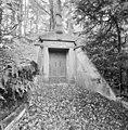 Overzicht ingangspartij grafkelder familie Van Pallandt van Eerde - Ommen - 20350777 - RCE.jpg