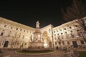 Palazzo Marino - Piazza della Scala: the statue of Leonardo da Vinci, Palazzo Marino (on the left) and the entrance of Galleria Vittorio Emanuele II (on the right)