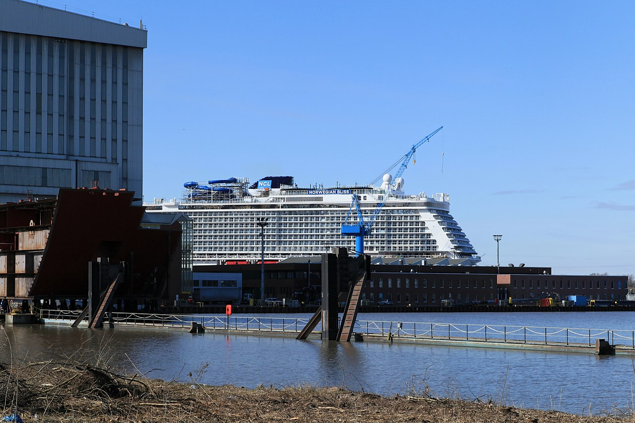 Papenburg - Sielkanal + Meyer + Anleger Meyer + Norwegian Bliss (Parkplatz Tor 3) 01 ies.jpg