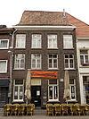Huis met ankerjaartal 1611. Zadeldak evenwijdig aan de straat