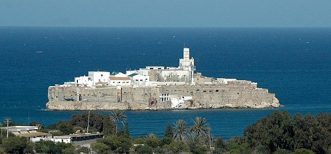 Peñón de Alhucemas desde la costa marroquí