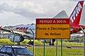 Peligro a 300m - Aterrizaje y despegue de aviones (8787809782).jpg