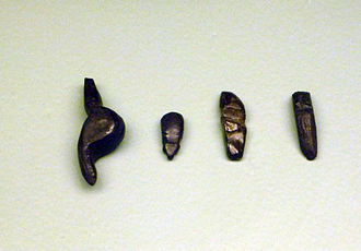 Venus figurines of Petersfels - From the left: Venus figurine from Petersfels, reproduction (The so-called Venus of Engen), beetle and two further female figurines from Petersfels; Badisches Landesmuseum Karlsruhe