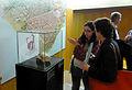 Pilar Sada i Cristina Toro davant la vitrina del fragment de dit d'estàtua 290414 01.jpg