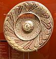 Plat agallonat amb tetó, pisa de reflex daurat, Manises, Museu de Ceràmica, València.JPG