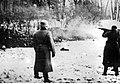 Policja niemiecka rozstrzeliwuje Polaków (21-213).jpg