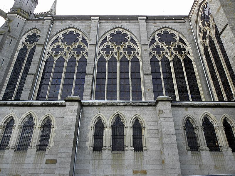 Façade est de la basilique Notre-Dame-d'Espérance de Pontmain (53). La nef.