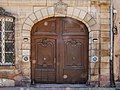 Porte de l'Hôtel de Marabail (feat saletés artistiques de l'objectif) (44410445854).jpg
