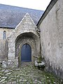 Porte laterale de la chapelle de st cado - panoramio.jpg