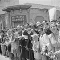 Publiek, waaronder een man die op een sjofar (ramshoorn) blaast, bij de militair, Bestanddeelnr 255-1010.jpg
