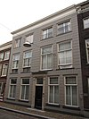 foto van Pand met eenvoudige lijstgevel, gepleisterd van vier vensterassen