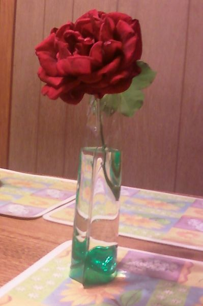 ファイル:Red rose in collapsible vase - April 30, 2013.jpg