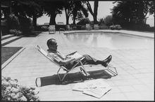 Nixon dans une chaise longue au bord d'une piscine