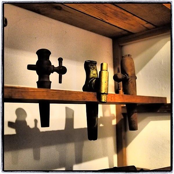 fichier robinets tonneau au mus e de l 39 artisanat rural tigy wikip dia. Black Bedroom Furniture Sets. Home Design Ideas