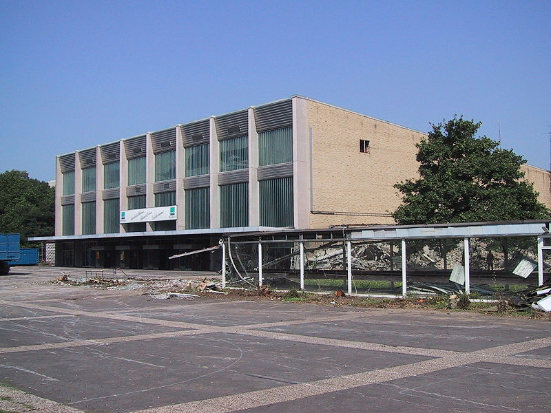 File:Ruhrlandhalle, Abriss Aug 2001.JPG
