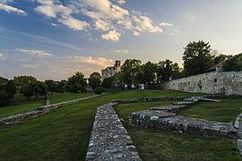 Sárospataki városfalak a Rákóczi várral a háttérben.jpg
