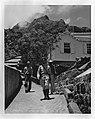 Saba. Brigadier Halley loopt over een geplaveid pad in Hell´s Gate, Bestanddeelnr 935-1261.jpg