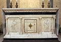 Sagrestia vecchia, altare con rilievi.JPG