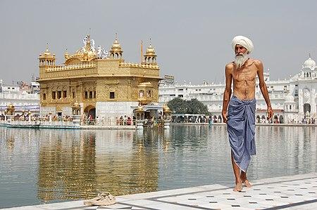 En sikh-pilgrim som nettopp har tatt et bad ved det hele tempelet Harmandir Sáhib.