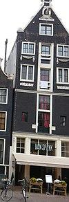 foto van Huis van pakhuiskarakter, met puntgevel waarin festoenen, oeils-de-boeuf en jaartellingen