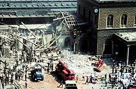 Het zwaar beschadigde stationsgebouw na de terroristische aanslag.