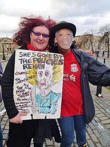 Демонстранты в Ливерпуле во время похорон Тэтчер.