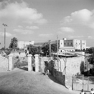 """כלא עכו 1964-1965. בשער מתנוסס השלט - """"בית חולים לחולי נפש"""""""