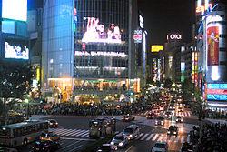 Vista noturna de uns dos cruzamentos mais movimentados do mundo, localizado pr�ximo � esta��o de Shibuya, T�quio. Note a enorme quantidade de pessoas transitando nas cal�adas das ruas.