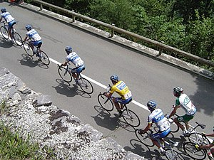 Drafting (aerodynamics) - A paceline of drafting cyclists