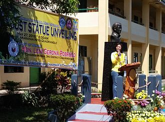 Leni Robredo - Leni Robredo unveiling the Jesse Robredo Monument at the Cararayan National High School in Naga, May 27, 2016
