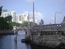 Villa Vizcaya e sullo sfondo la città di Miami
