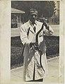 Werner Haberkorn - Homem de jaleco segurando serpente.jpg