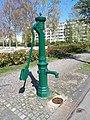 Westend Karolingerplatz Wasserpumpe 02.jpg