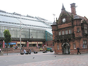 St Enoch railway station - The glass St. Enoch Centre on the site of the old St Enoch mainline station in 2005, with the former St Enoch Subway station (now converted into a café) on the right