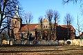 Widok z pałacowego parku na kościół.JPG