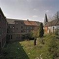 Zicht op gevels Pandhof vanuit het zuidoosten, rechts de oude parochiekerk - Brunssum - 20344038 - RCE.jpg