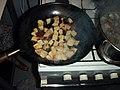 Zuppa di pesce.32.soffriggere il pane nella padella lionese.jpg