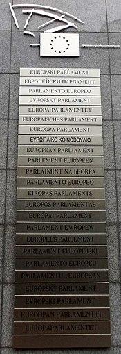 <center>Europako Parlamentuaren errotulua hizkuntza EBko ofizial guztietan.