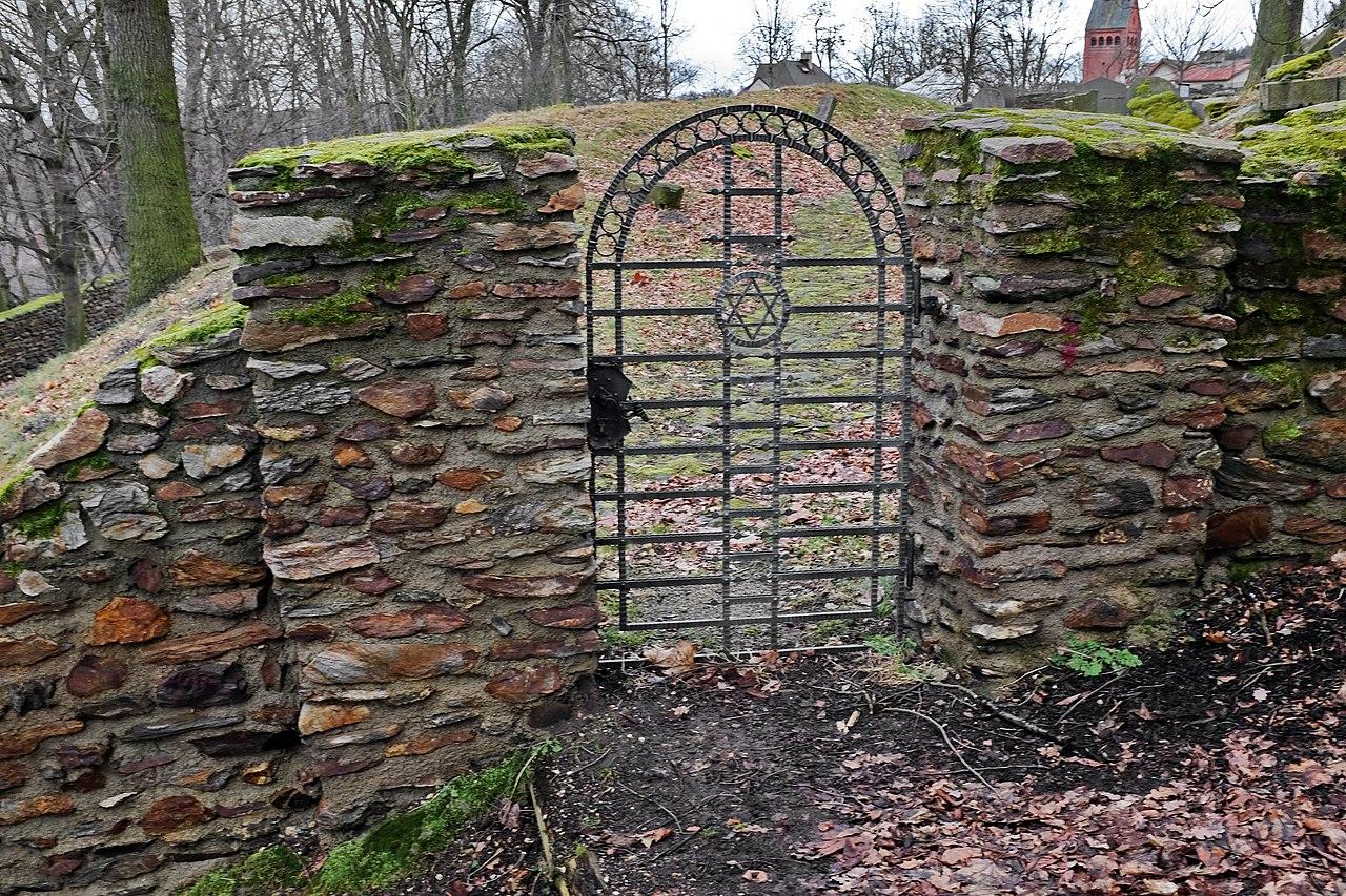 Židovský hřbitov v Kynšperku (2).jpg