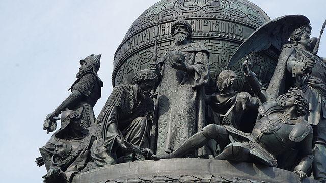 Фигура Ивана Великого на памятнике «Тысячелетие России» в Великом Новгороде. У его ног (слева направо) поверженные литовец, татарин и балтийский немец