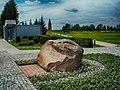 Мэмарыяльны камень К.Сіманава і экспазыцыйны корпус мэмарыялу.jpg