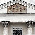 Фрагмент фасада церкви Покрова с росписью портика над колоннами.jpg