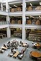 広島大学附属中央図書館の吹き抜け.jpg