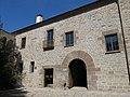 047 Monestir de Sant Benet de Bages, pati de la Creu, palau de l'abat.jpg